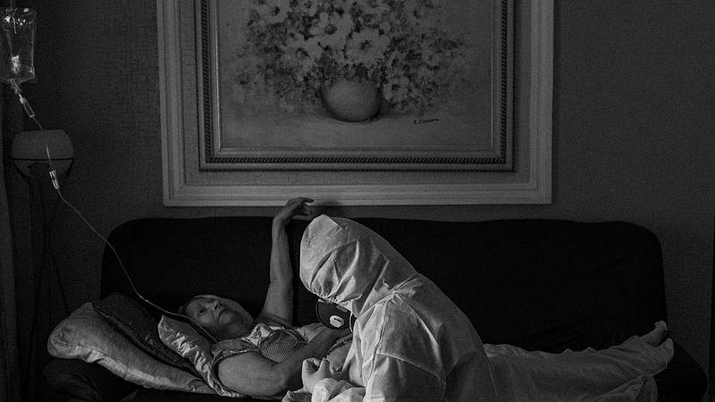 Een vrouw in de Braziliaanse stad Manaus wordt thuis behandeld tegen het coronavirus