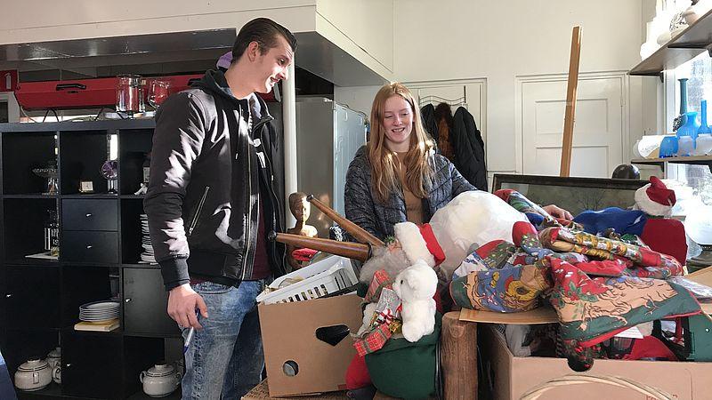 Johan en Denise zoeken spullen uit