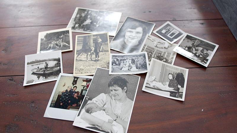 Ingrid bekijkt oude foto's van moeder Tine