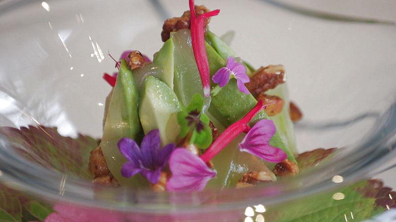 Salade van wilde eetbare bloemen, citrusgelei en avocado