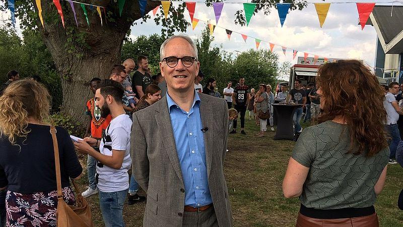 Luc Winants bij een diploma-uitreiking van vluchtelingen die hier een opleiding volgen