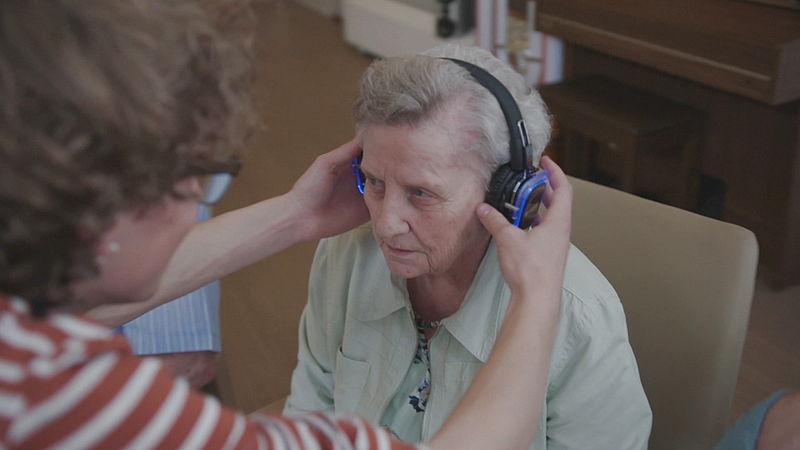 Ouderen kiezen hun eigen muziek uit tijdens de silent disco