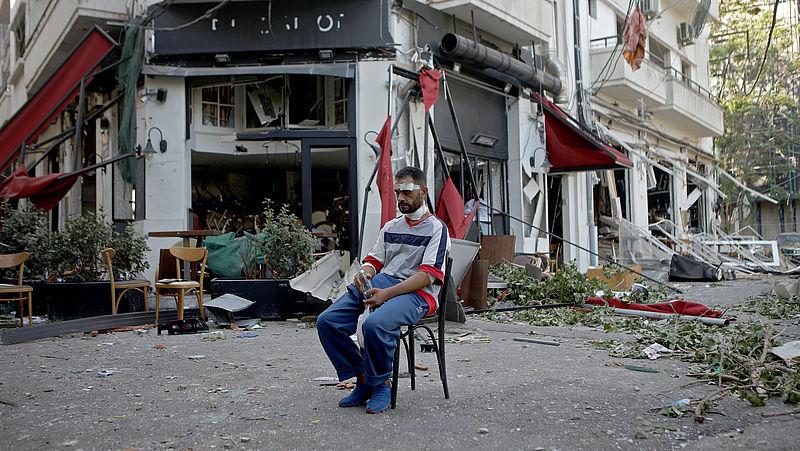 Een gewonde man op een stoel in Beiroet