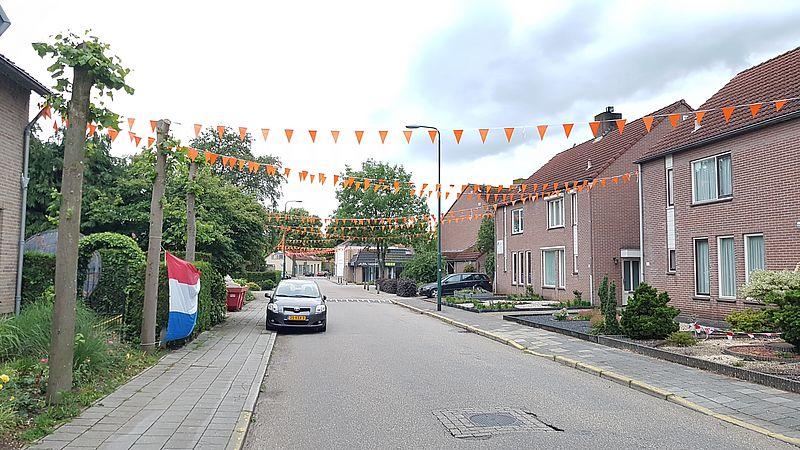 De straten van Mill hangen vol met oranje vlaggetjes