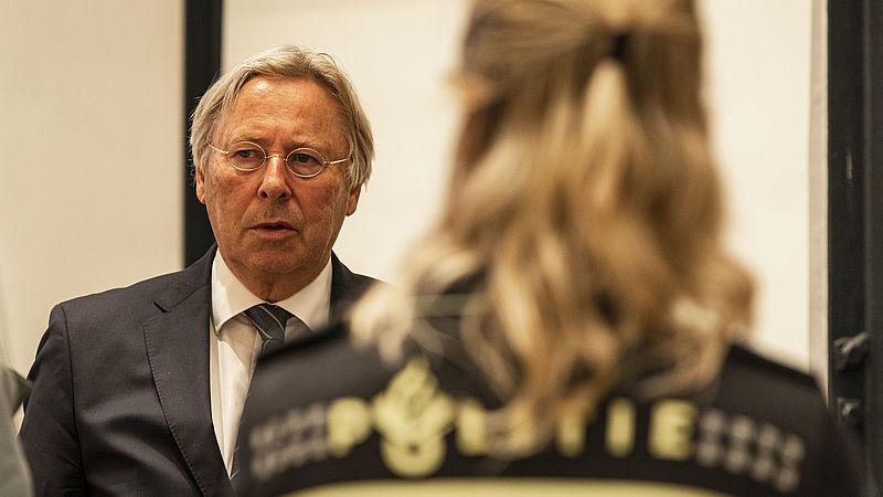 Burgemeester Den Oudsten tijdens een overleg over de rellen