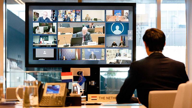 Minister Hoekstra tijdens een EU-videoconferentie
