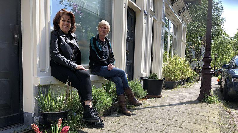 Heather en Caroline voor hun huis in de Plantagebuurt in Amsterdam