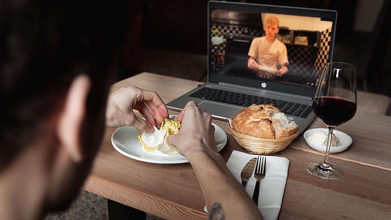 Chef-kok Niels van DeZusters neemt een instructievideo op bij de dinerbox