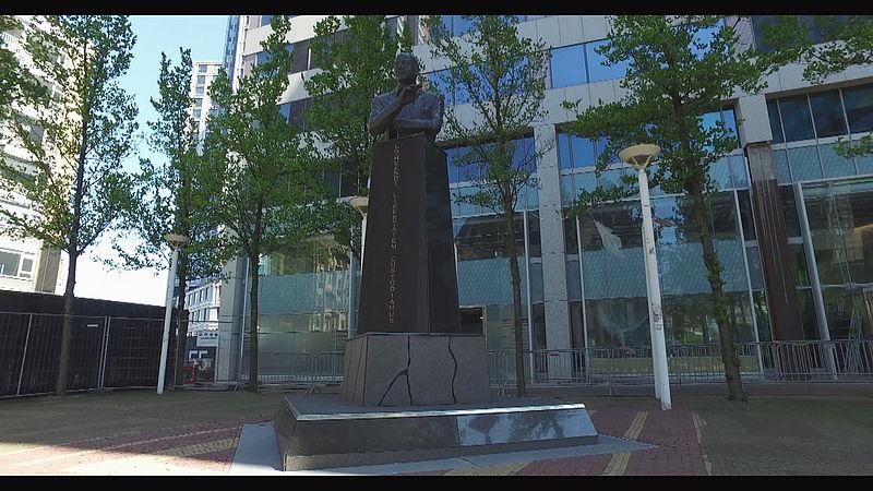 Het standbeeld van Pim Fortuyn in Rotterdam