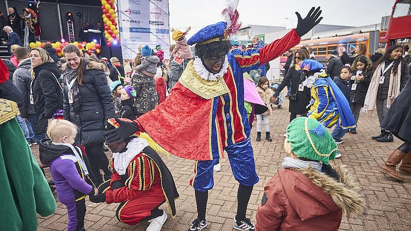 Een roetveegpiet tijdens de intocht van Sinterklaas en zijn Pieten in Scheveningen