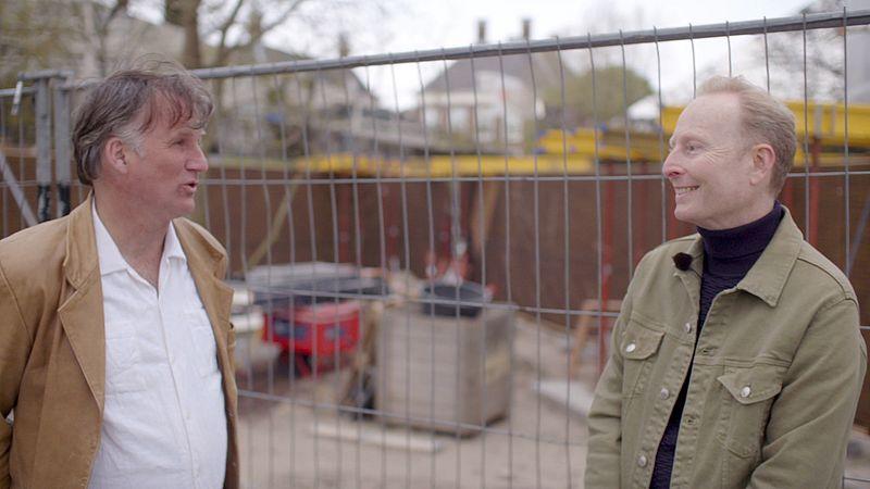 Dennis Koopman en Jim Terlingen voor het toekomstige namenmonument