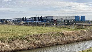 Amerikaanse techgiganten vestigen zich graag in de Nederlandse polder, waar ze profiteren van gesubsidieerde groene energie
