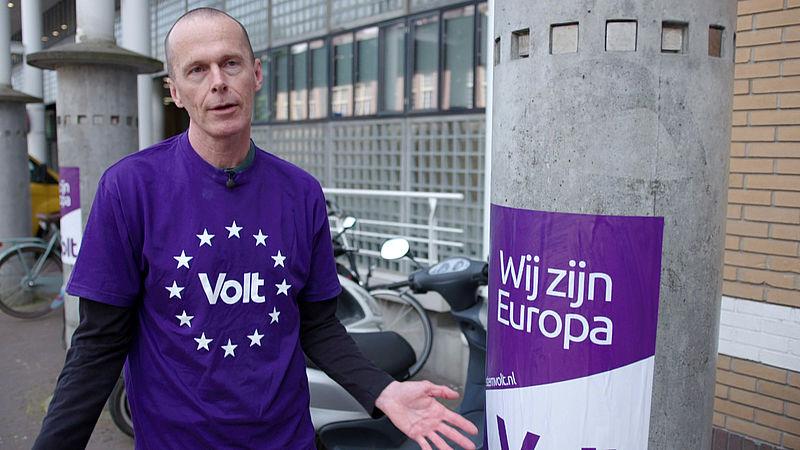 Door wildplakken kreeg de Europese partij Volt toch haar verkiezingsborden