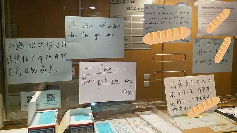 'Als de traangasgranaten komen, graag de ramen dicht doen' staat er op dit bord in studentenflat van de CUHK