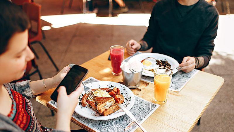 Smartphone aan tafel? Dan heb je volgens jongeren geen manieren