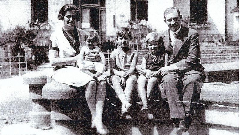 Edith Eger samen met haar gezin, circa 1930