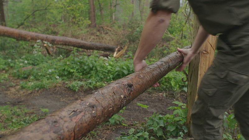 Eric legt boomstammen neer tegen motorcrossers
