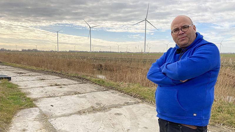 In de achtertuin van tuinder Han Lammers uit Middenmeer draaien de windmolens sinds kort.