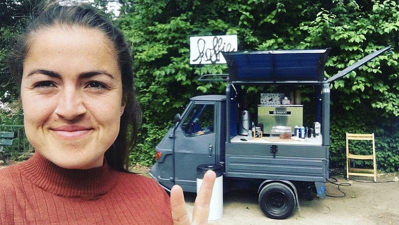 Irini met haar koffiekraam 'Kantini Irini'