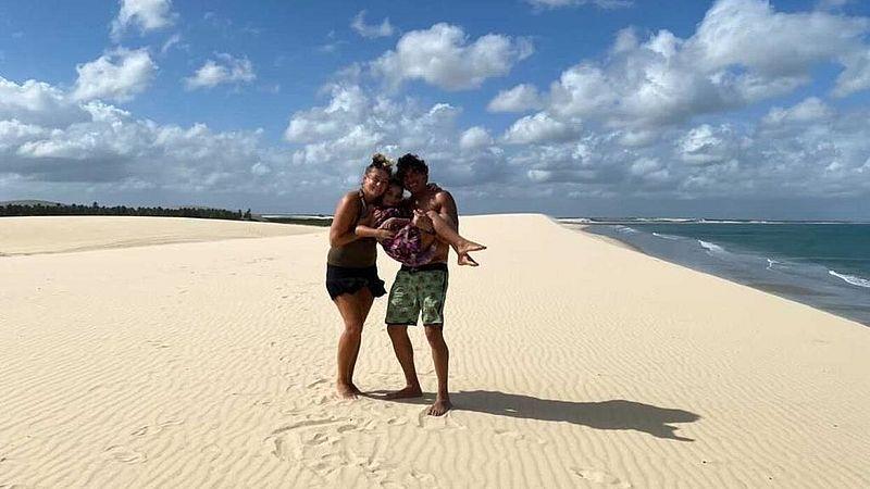 Kim met dochter en man op het strand in Jericoacoara