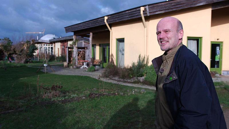 De zelfgebouwde 'aardehuizen' van Paul blijken ook nog eens schoner dan een gewoon nieuwbouwhuis
