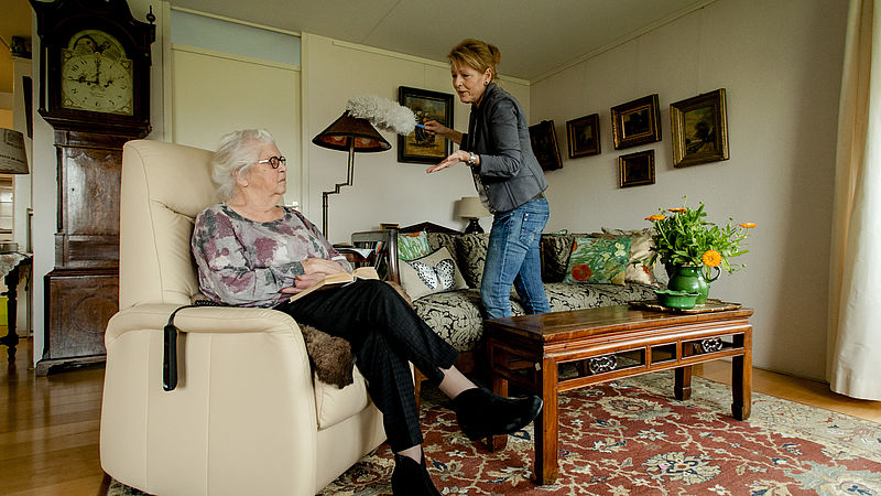 Ook hogere inkomens vragen nu goedkope huishoudelijke hulp aan, en daardoor staan andere gemeentelijke voorzieningen onder druk