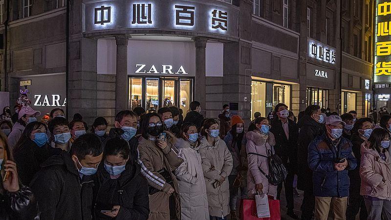 Vorige week: mensen luisteren in de winkelstraat van Wuhan naar een muziekoptreden