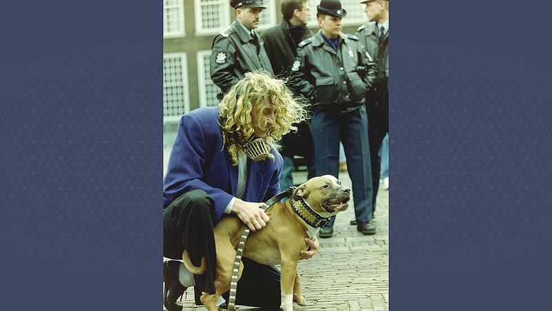 Pitbulls op het binnenhof protesteren tegen de maatregelen die aan het houden van de honden worden gesteld door staatssecretaris Gabor