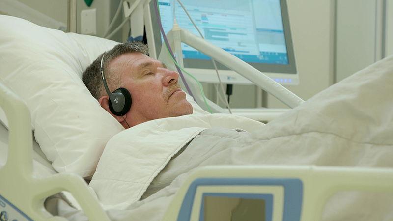 Op de operatietafel met een koptelefoon op: muziek helpt tegen verslaving aan pijnstillers