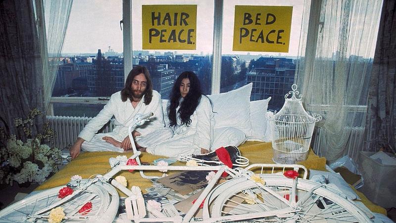 John Lennon en Yoko Ono in het Hilton Hotel in Amsterdam.