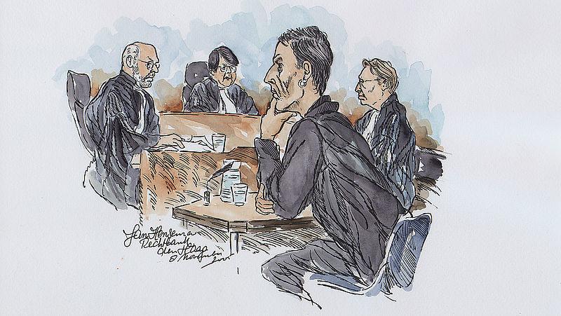 Wik H. (tweede van rechts) bij het gerechtshof in Den Haag