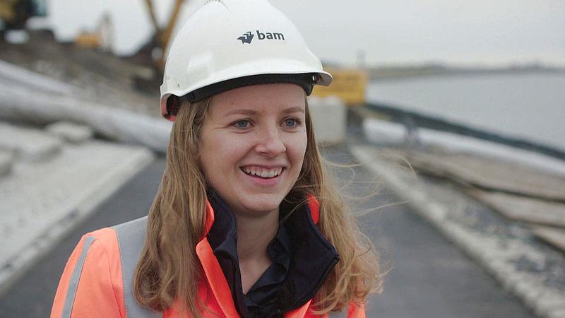 Lizzy werkt in de bouwsector, maar dat is niet dankzij de 'stoere mannentaal' in de vacaturetekst