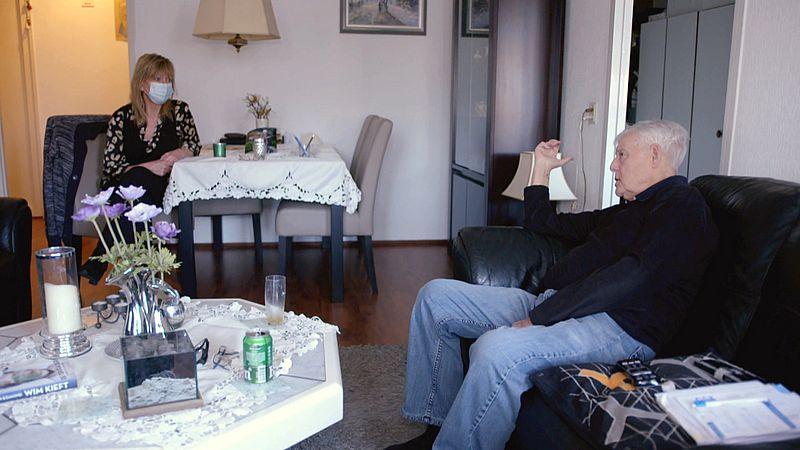 Jan Baan is blij met het bezoek van vrijwilliger Annabel van Ditmar