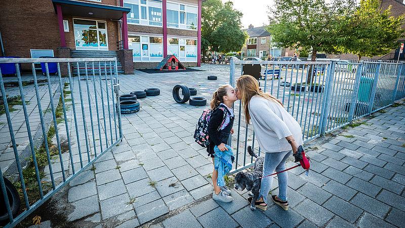 Afscheid nemen buiten het hek van de school: zo bereid je je kind voor