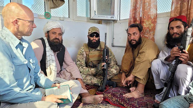 Hans Jaap Melissen in gesprek met talibanstrijders