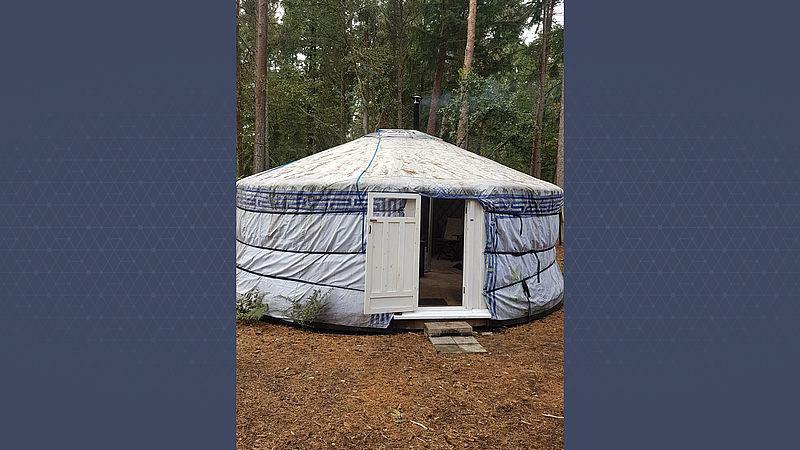 De yurt van Margriet in het bos