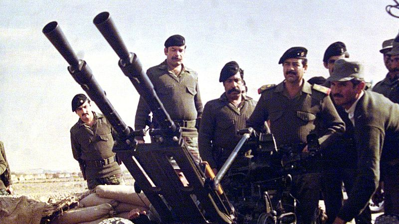 Saddam Hussein bij de grens tussen Irak en Iran tijdens de oorlog tussen 1980-1988