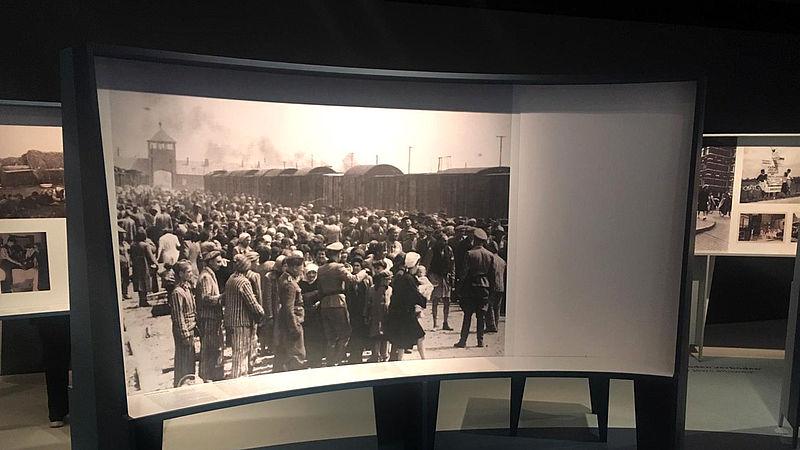 Afgeplakte foto (rechts) bij het Nationaal Holocaust Museum