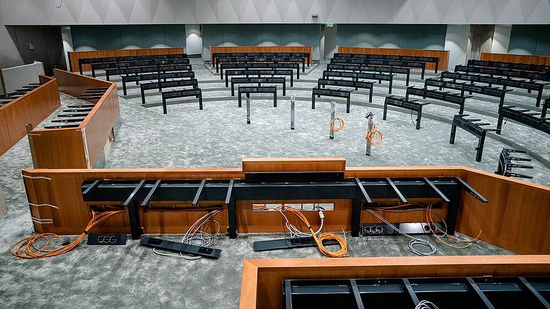 De nieuwe plenaire zaal in het voormalige ministerie van Buitenlandse Zaken waar tijdelijk de Tweede Kamer wordt ingericht.