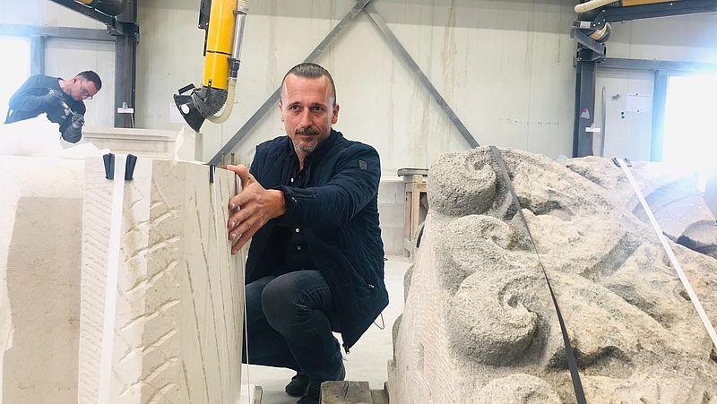 De Notre-Dame wordt gerestaureerd, en de handen van deze Nederlandse steenhouwer jeuken al