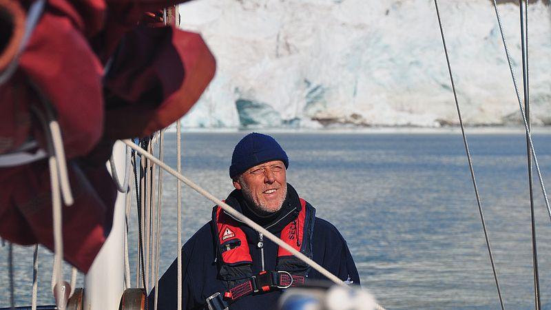 Dick op zeilboot voor gletsjer in Spitsbergen