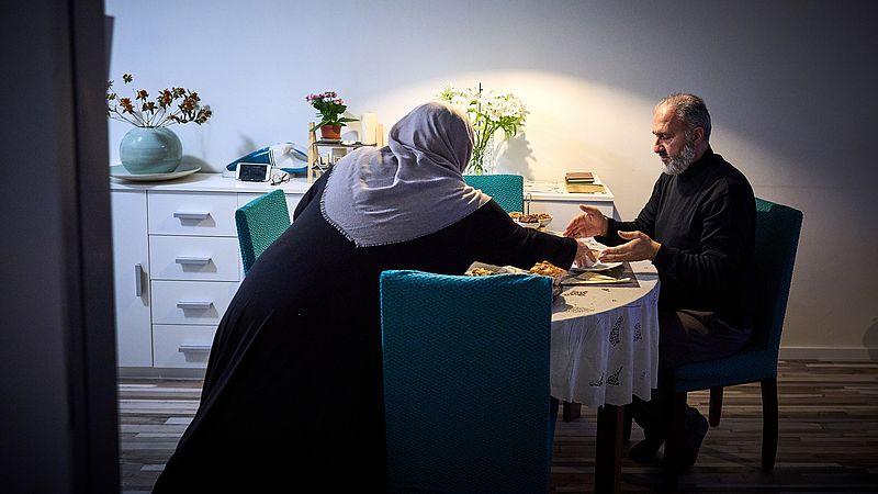 Een Turks echtpaar tijdens het nuttigen van de Iftar tijdens de vastenmaand ramadan
