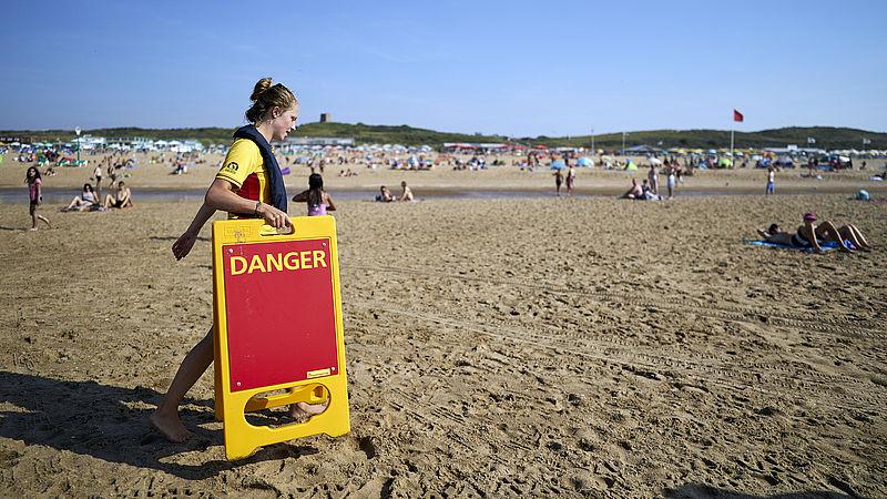 In Scheveningen wordt een waarschuwingsbord neergezet