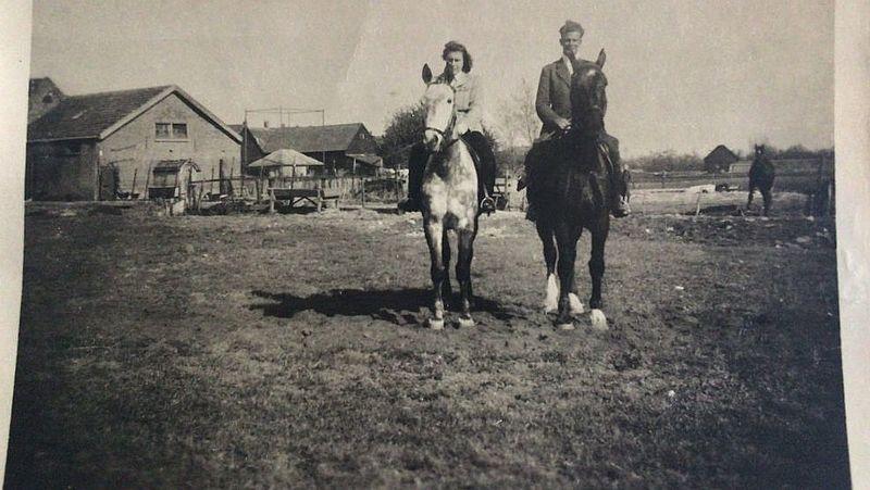 De vader en moeder van Wiekert Dam op de boerderij