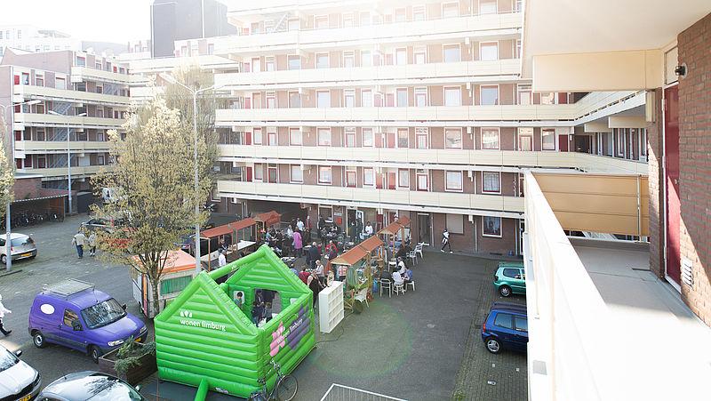 De bijeenkomst op de binnenplaats van de Auroraflat in Heerlen