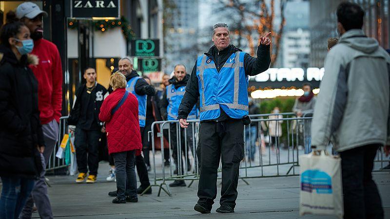 Nederlanders in Rotterdam deden gisteravond nog snel hun laatste kerstinkopen
