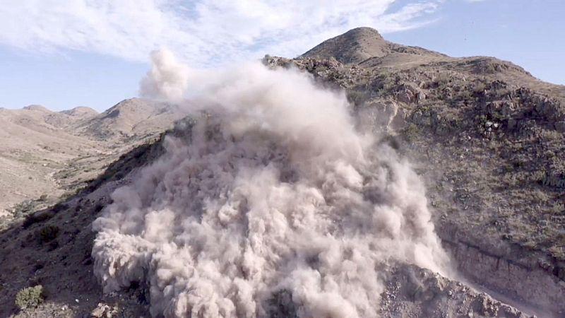 Er worden bergen opgeblazen om de muur te kunnen bouwen