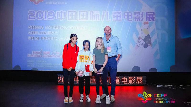 Vita (11) en haar vader tijdens het filmfestival in China