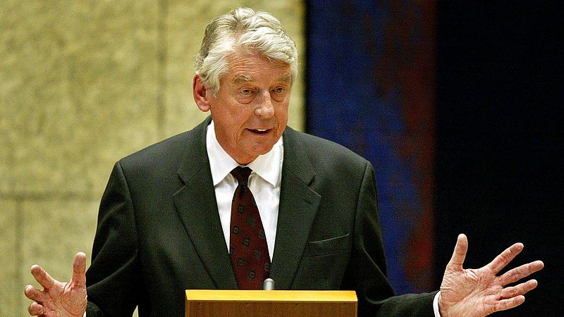 Oud-premier Wim Kok die de val van zijn kabinet aankondigde in 2002