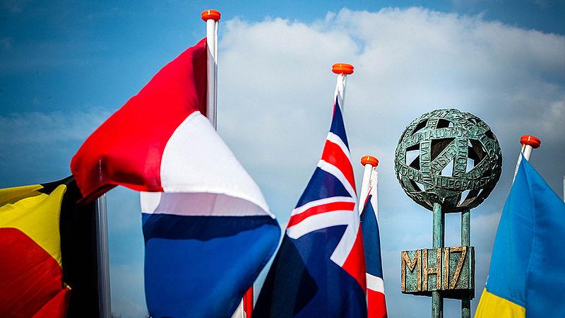 Vlaggen bij het gedenkteken op Vliegbasis Eindhoven.